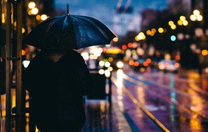regennasse Straße in der Stadt