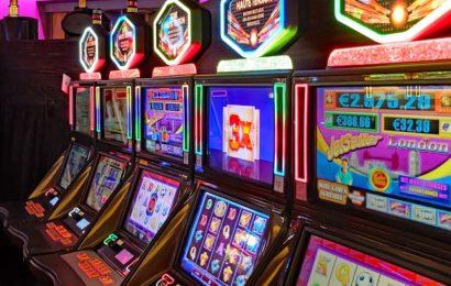 Geldspielautomat beschädigt