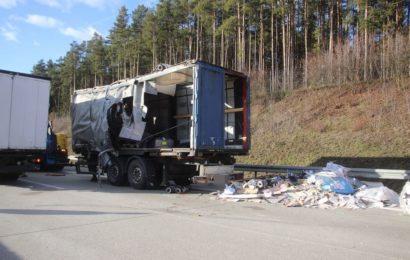 Auffahrunfall mit drei Sattelzügen auf der A3 bei Sinzing