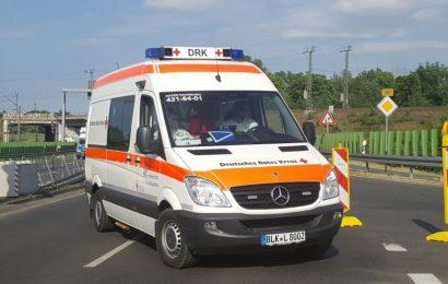 Mit Rettungswagen gegen Unterführung gekracht