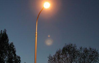 Mit PKW gegen Lichtmast
