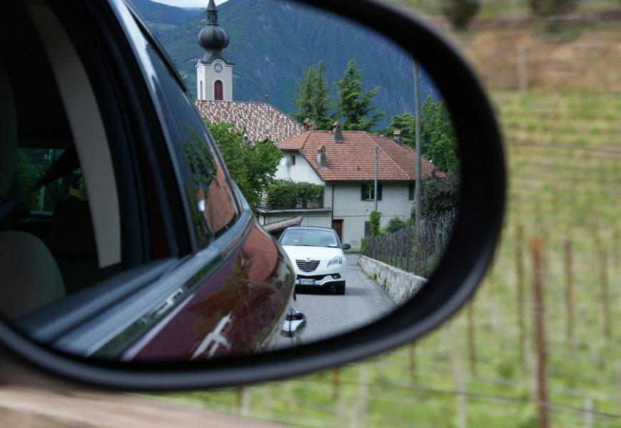 Außenspiegel von zwei Fahrzeugen in Klardorf beschädigt