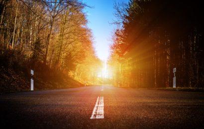 Von tiefstehender Sonne geblendet auf Pkw aufgefahren