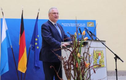 Bayerns Innenminister Joachim Herrmann begrüßt neu ausgebildete Polizistinnen und Polizisten