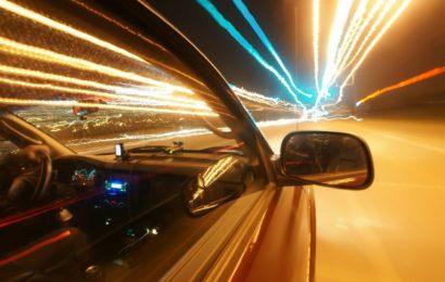Verkehrsrowdy fährt Auto zu Schrott