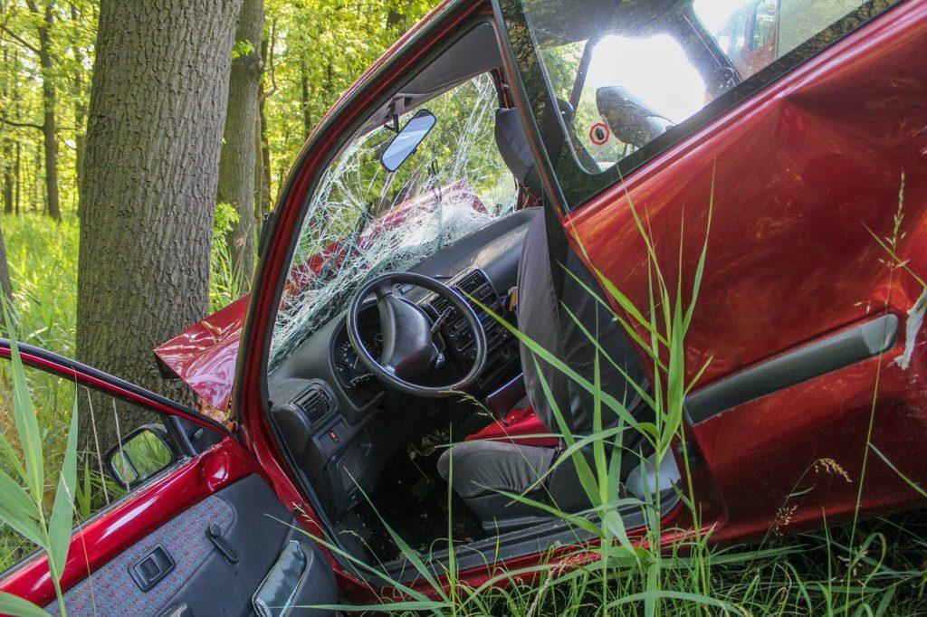 Unfall PKW gegen Baum Symbolbild Pixabay