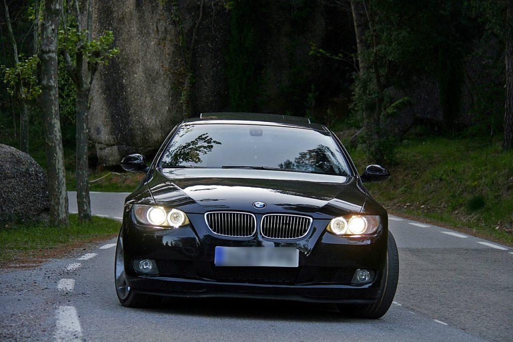 Schwarzer BMW auf einer Landstraße Symbolfoto: Pixabay