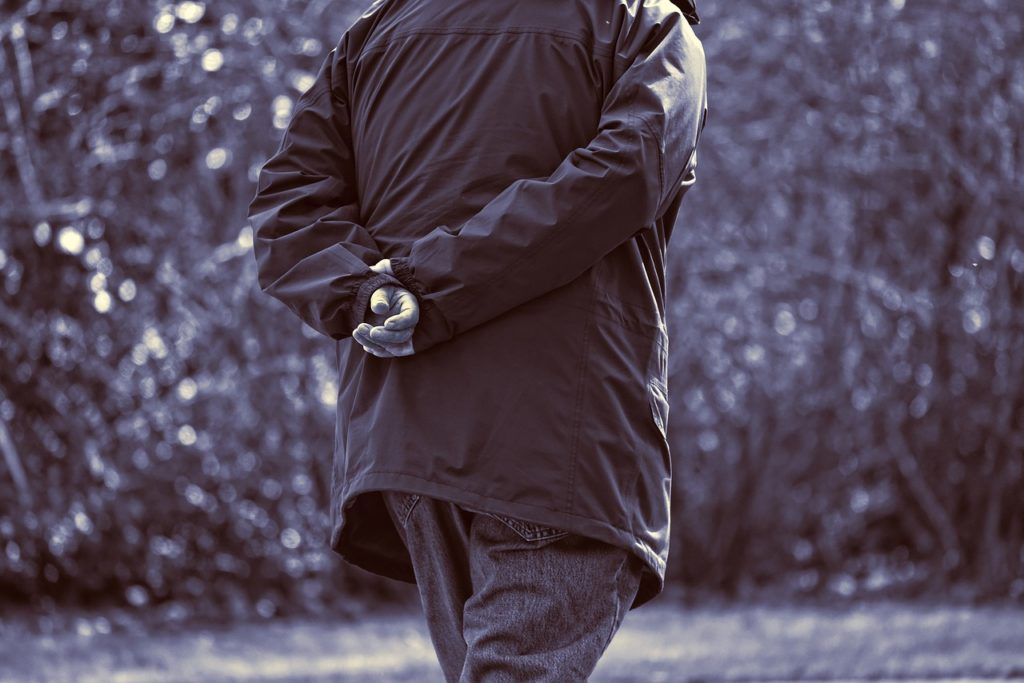 Mann mit Mantel (Symbolfoto Pixabay)