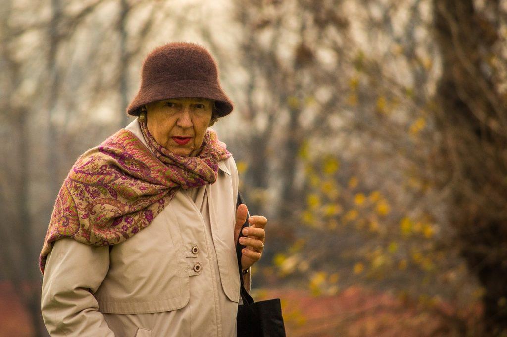 Seniorin beim Spaziergang (Symbolbild Pixabay)