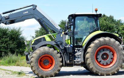 Landwirtschaftliches Fahrzeug beschädigt parkenden PKW in Maxhütte-Haidhof