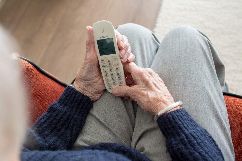 Alter Mensch am Telefon (Symbolbild Pixabay)