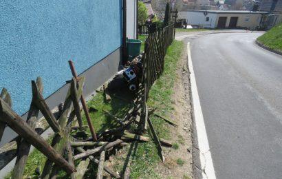Motorradfahrer gerät an den Bordstein und stürzt – Motorrad durchschlägt Gartenzaun