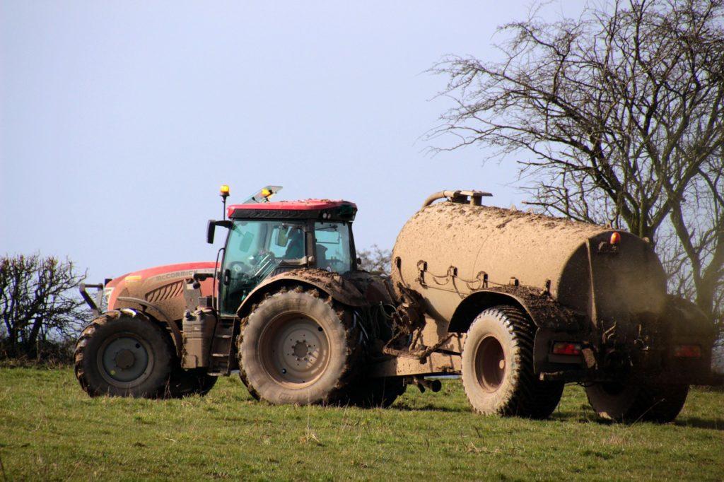 Traktor mit Güllefass (Symbolbild Pixabay)