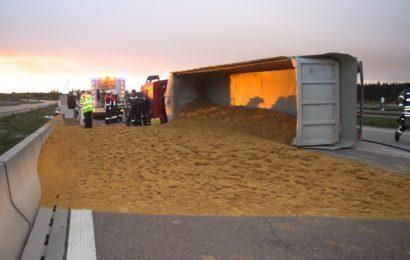 LKW verteilt Sand auf der B85 Foto: Pressedienst Wagner