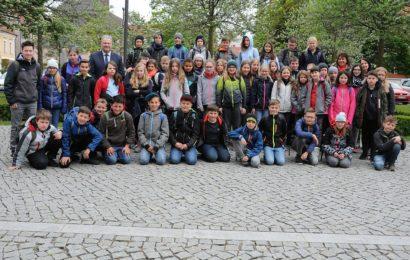 Landrat Richard Reisinger zeigt Auerbacher Realschülern  das Landratsamt