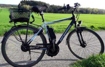 Dieb trägt E-Bike ohne Vorderrad weg
