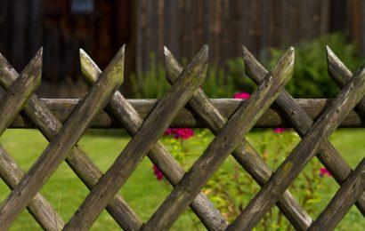 Gartenzaun in Auerbach angefahren und geflüchtet