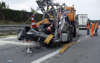 LKW-Fahrer nach Auffahrunfall  eingeklemmt