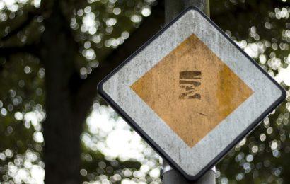 """Verkehrsschile """"Vorfahrt"""" (Symbolbild Pixabay)"""