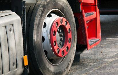 Lkw verlor Reifen und beschädigte Garagentor