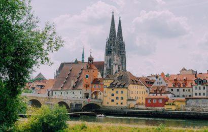 Unbekannte schlagen zwei Männer in Regensburg und entwenden Geld