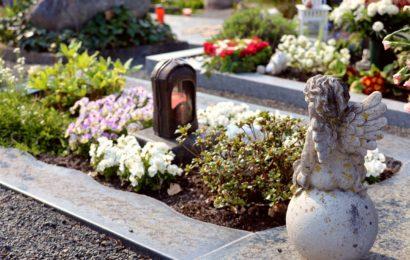 Beschädigte Grababdeckung auf Vilsecker Friedhof