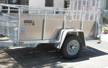 Anhänger besprüht und als Reifenlager missbraucht