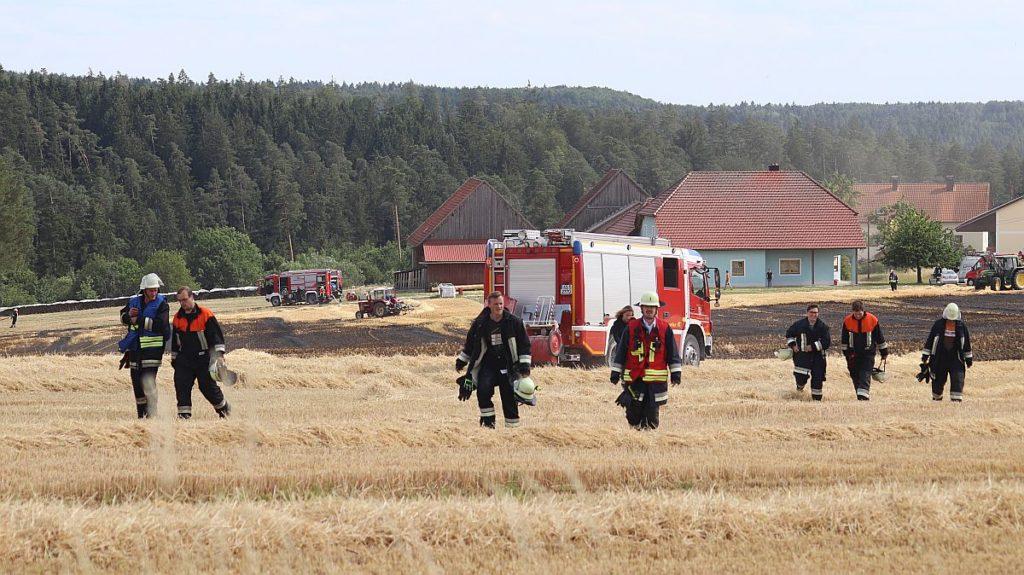 Die Feuerwehr nach getaner Arbeit auf dem Feld bei Unterbernstein Foto: Pressedienst Wagner