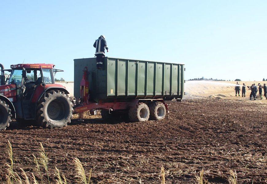 Brand eines landwirtschaftlichen Geräts und eines Feldes
