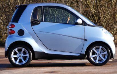 Kennzeichen eines BMW am Smart in Amberg montiert