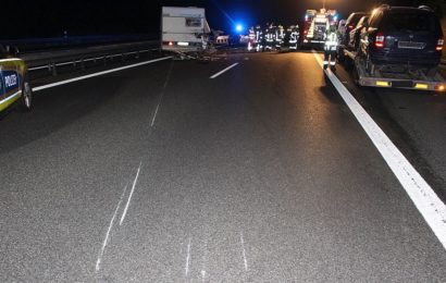 Wohnanhänger löst sich auf der Autobahn vom Zugfahrzeug – Fahrzeugführer flüchtet – es kommt zu zwei Folgeunfällen