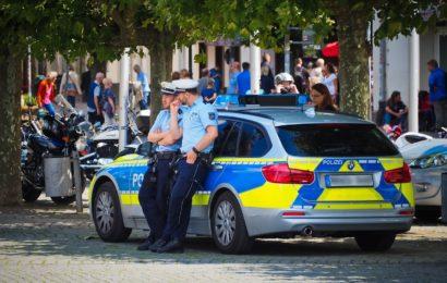 Symbolbild: Polizisten mit Streifenwagen