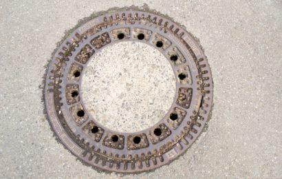 Kanaldeckel in Königstein angehoben
