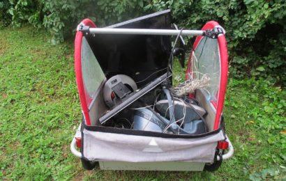Umweltfrevler lässt gleich ganzen Fahrradanhänger mit Elektroschrott zurück