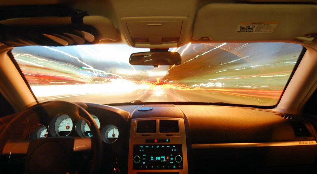 Symbolbild: Autofahrt bei Nacht