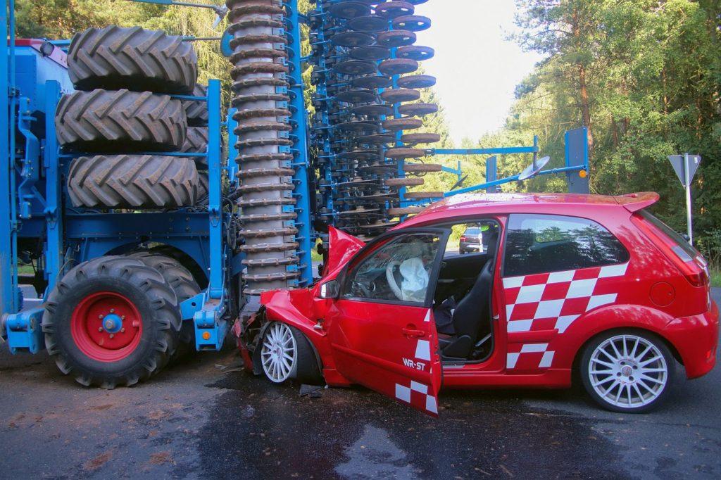 Der Fiesta ST steckt unter der Sämaschine fest Foto: Pressedienst Wagner