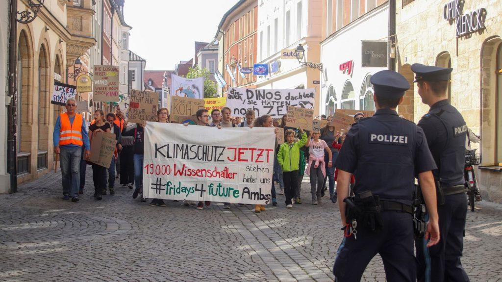 Ein langer Zug von Demonstranten schlängelte sich durch die Amberger Altstadt Foto: Pressedienst Wagner