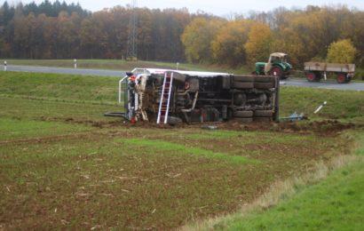 Der LKW landete in einem angrenzenden Acker und blieb auf der Seite liegen Foto: Pressedienst Wagner