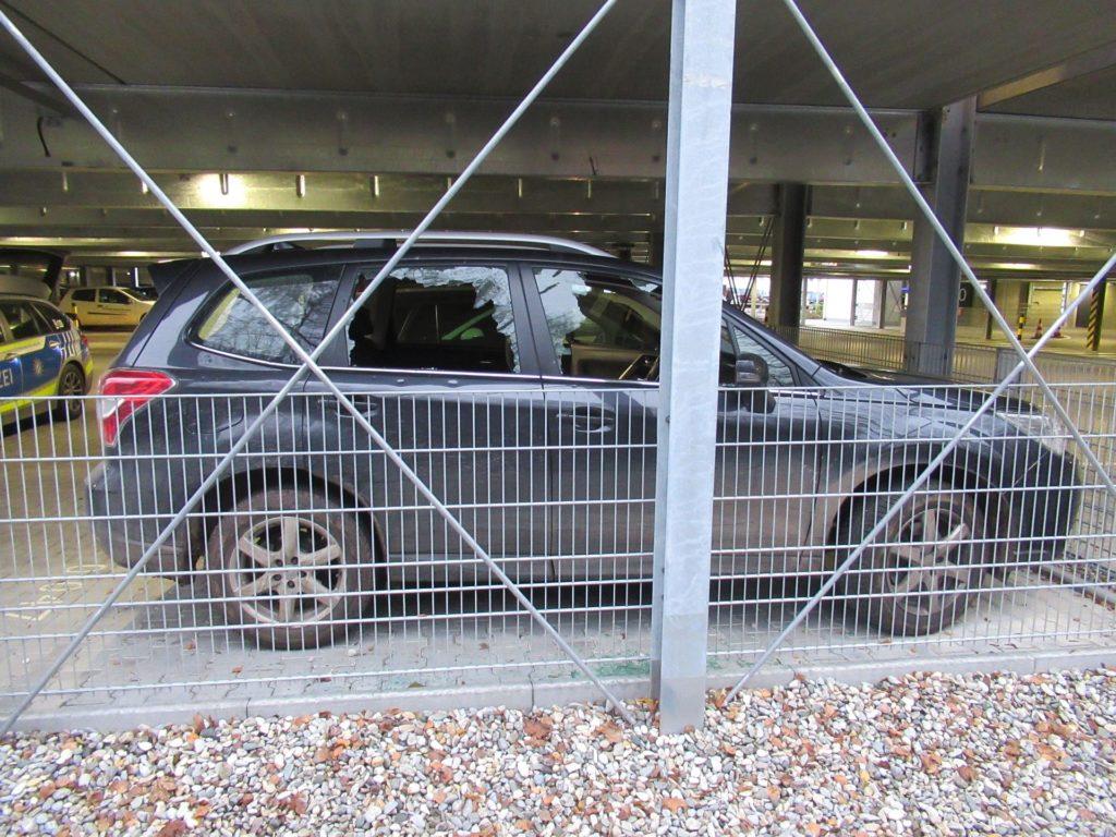 Das Auto wurde auf dem Parkdeck des Pakrhauses in der Marienstraße mit Steinen beworfen Foto: Polizei