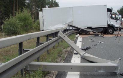Lkw durchbricht Mittelschutzplanke auf der A93 bei Pentling