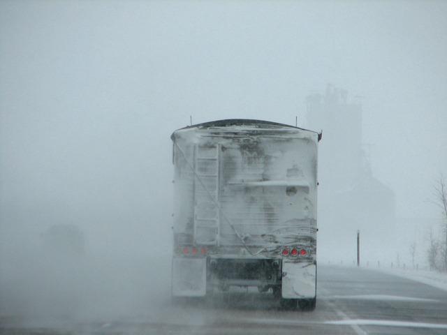 Symbolbild: LKW im Winter