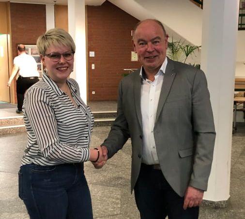 Die Herausforderin Lisa Hartinger gratuliert dem Wahlgewinner Roland Strehl