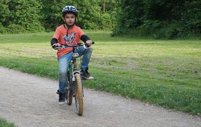Kind fährt in Sulzbach-Rosenberg mit Fahrrad gegen Pkw und flüchtet