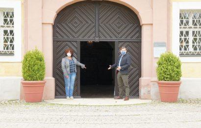 Mitarbeiterin Erika Hassler und Museumsleiter Dr. Martin Schreiner (v.li.) stehen bereit und warten nach dem Re-Start auf die ersten Besucher des Bergbau- und Industriemuseums Ostbayern. Foto: Dr. Martin Schreiner