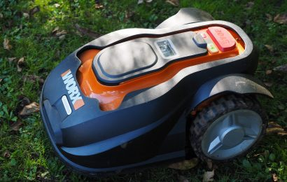 Verpackter Rasenmähroboter aus Garage in Burglengenfeld entwendet