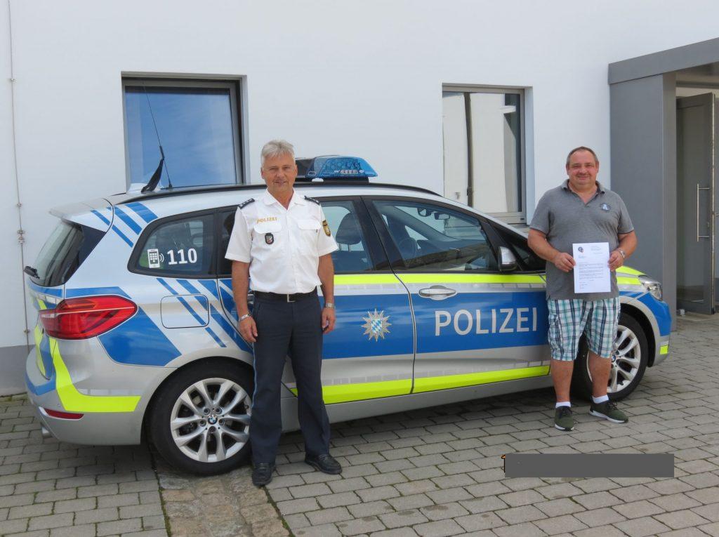EPHK Stopfer händigte dem aufmerksamen Bürger ein Dankschreiben des Polizeipräsidenten aus und überreichte als Anerkennung einen Geldbetrag.