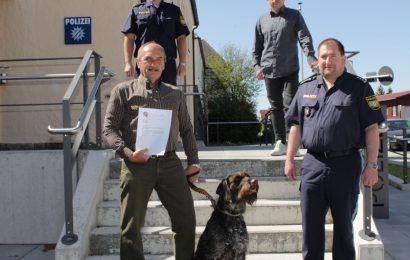 Bild zeigt: vorne links: Markus Häuslmann mit Hund Finn, neben EPHK Roland Heldwein; hinten rechts: Polizeioberkommissar Stefan Heinz, hinten links: Polizeioberkommissar Daniel Ulrich Foto: Polizei