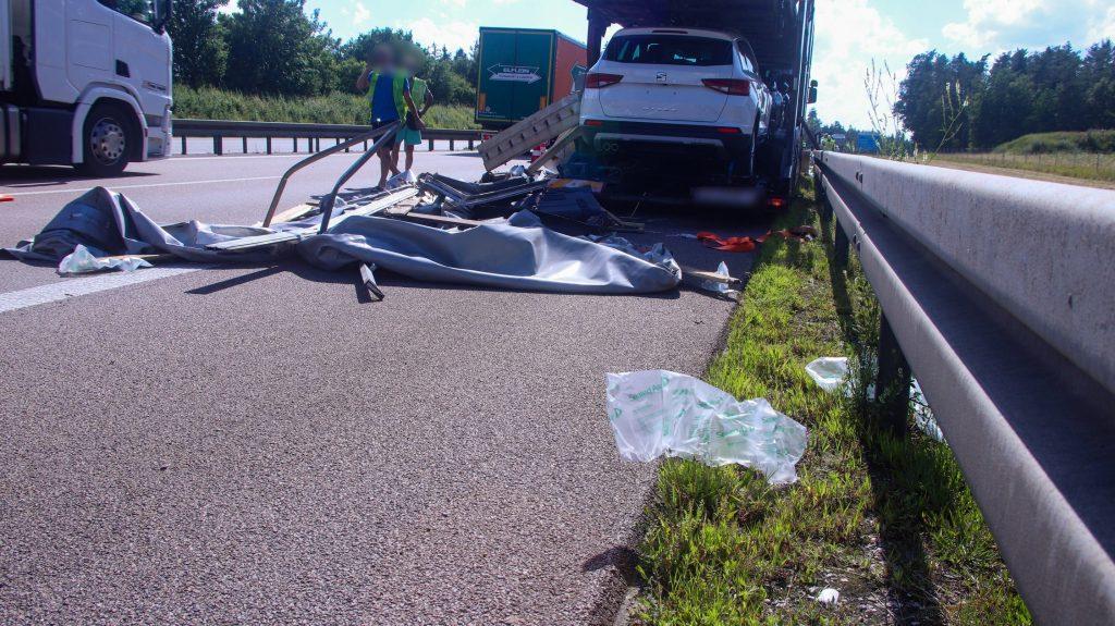 Der rumänische Autotransporter stand nach einer Panne abgesichert auf dem Standstreifen Foto: Pressedienst Wagner
