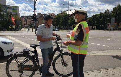 Polizist im Gespräch mit einem Senioren Foto: Franziska Meinl