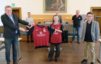 Mit Club-Trikot für Einsatz in Krisenzeiten gedankt – OB Michael Cerny übergibt Ehrentrikots von VGN und 1. FC Nürnberg